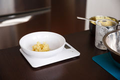 Kartoffelpuree auf Küchenwäger lizenzfreies stockfoto