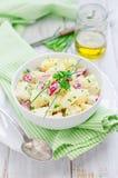 Kartoffelsalat mit Rettichen stockfotografie