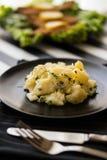 Kartoffelsalat mit Schnitzel am Restaurant lizenzfreie stockfotografie