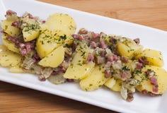 Kartoffelsalat mit Speck Lizenzfreie Stockfotos