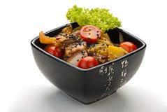 Kartoffelsalat mit Speck, Salat und Zwiebeln stockbild