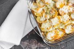 Kartoflana potrawka z kwaśnym kremowym kumberlandem, warzywami i ziele, sp Fotografia Royalty Free