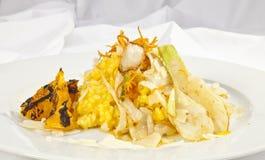 Kartoflana rolada z szpinaka, marchewki i curry'ego ryż, Fotografia Stock