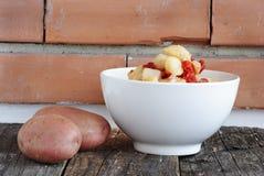 Kartoflana sałatka w białym pucharze obrazy stock