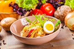 Kartoflana sałatka z kurczakiem i bekonem w beżowym pucharze zdjęcia stock