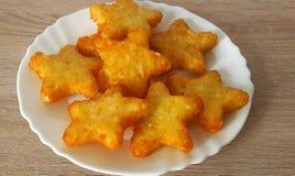 Kartoflane gwiazdki na białym talerzu Fotografia Royalty Free