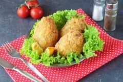 Kartoflane piłki z pieczarkami inside na czerwonym tekstury tle jeść zdrowo pojęcia fotografia royalty free