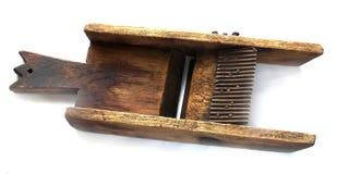 Kartoflanego slicer układów scalonych producenta starego drewnianego rocznika drewna ciężki zakończenie up przeciw białemu tłu zdjęcie stock