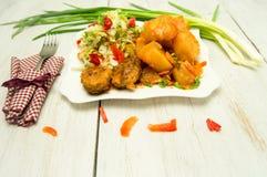 Kartoflanej sałatki klopsiki na talerzu Fotografia Royalty Free