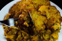 Kartoflani bliny z korzennym gulaszem, wyśmienicie tradycyjny naczynie, hun zdjęcie royalty free