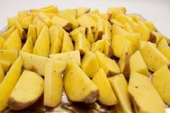 Kartoflani kliny z ziele są gotowi piec zdjęcia stock