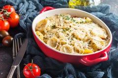 Kartoflany gratin w nieociosanym naczyniu, obraz stock