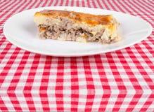 Kartoflany kulebiak na białym talerzu zdjęcia stock