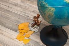 Kartograficzny wizerunek kraje na kuli ziemskiej z widokiem amerykanin gotówki Obrazy Stock