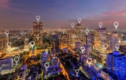 Kartografuje wa?kowego mieszkanie miasto, globalny biznes i sie? zwi?zek w futurystycznym technologii poj?ciu w Azja, Drapacz chm obraz stock
