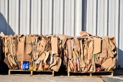 karton op pallets voor recycling wordt en wordt gebonden gebundeld dat stock fotografie