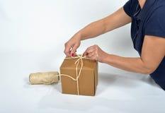 Karton pakuje młodej kobiety Zdjęcia Stock