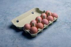 Karton tuzin świeżych jajek Fotografia Stock