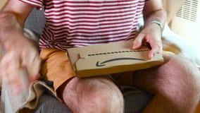 Karton van het mensen het unboxing uitpakkende Amazon Prime met Brandtv stock footage