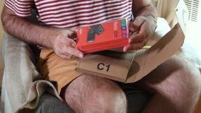 Karton van het mensen het unboxing uitpakkende Amazon Prime met Brandtv stock video