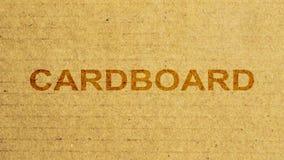 Karton voor de verpakking van goederen gerimpelde oppervlakteclose-up die wordt gebruikt De tekst titelt Karton verschijnt stock video
