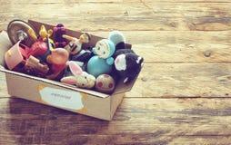 Kartondoos met oud stoffig speelgoed royalty-vrije stock afbeelding