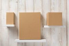Kartondoos op houten plank Royalty-vrije Stock Afbeeldingen