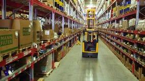 Kartondozen binnen een opslagpakhuis stock video