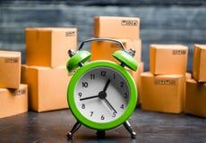 Kartondozen en klok Tijd van levering Beperkte levering, tekort aan goederen in voorraad, hype en de koorts van de consument Tijd royalty-vrije stock fotografie