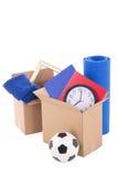 Kartondozen met materiaal klaar voor het bewegen van dag op whit wordt geïsoleerd die stock afbeeldingen