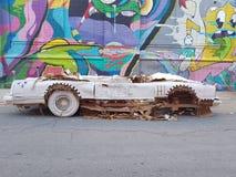 Kartonfahrzeug auf Detroit-Vororten stockfotos