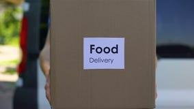 Kartong för manlig kurir för matleverans hållande, online-beställning, shoppingservice stock video