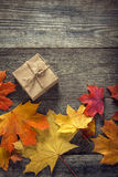 Kartong som binds med rad på en pilbåge på en träbakgrund I Fotografering för Bildbyråer