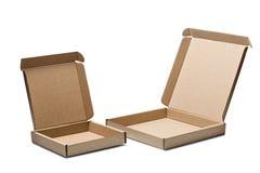 Kartong två på en isolerad vit bakgrund Jordlott med tomt utrymme för din text Modell för leverans- eller stolpeservice arkivbilder
