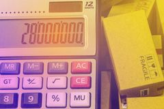 Kartonger och en räknemaskin med nummer visas Idéabou fotografering för bildbyråer