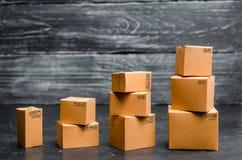 Kartonger staplas gradvist Försäljningar tillväxt och förhöjning i exporter av varor och tjänst Lagerprodukter royaltyfri bild