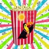 Kartonieren Sie Schüssel voll Popcorn ein Bild eines Tukans Lizenzfreies Stockfoto