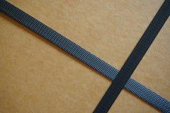 Kartonkasten mit Bügeln Stockfotos