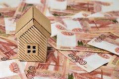 Kartonowy dom i mnóstwo pieniądze warty pięć tysięcy rubli Obrazy Royalty Free
