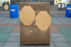 Kartonowy sylwetka cel w junakowaniu Papierowy strzelanina cel z dziura po kuli obrazy stock