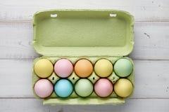 Kartonu pakunek z kolorowymi Easter jajkami Fotografia Royalty Free