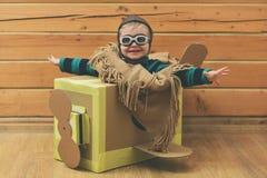 Kartonvliegtuig met kinderjaren of weinig jongen proef stock fotografie