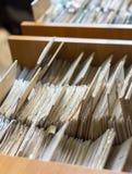Kartotek falcówki w kartoteka gabinecie, karciany katalog w bibliotece, Obrazy Royalty Free