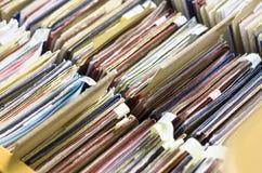 Kartotek falcówki w kartoteka gabinecie, karciany katalog w bibliotece, zakończenie Obrazy Royalty Free
