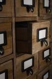 Kartotekenhet som öppnas i mörkt rum fotografering för bildbyråer