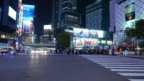 Karts het drijven op nachtstraat, Tokyo, Japan stock video