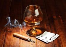 Karty, cygaro i szkło whisky, Fotografia Royalty Free