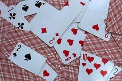 Karty do gry kłamają w rozpraszającym na stole zdjęcie stock