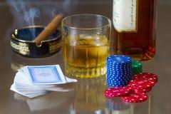 Karty, żetony, whisky i cygaro, Fotografia Royalty Free
