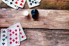 Karty i układy scaleni na starym drewnianym tle Fotografia Royalty Free